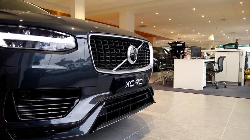 Czy warto kupować używane auta w salonie samochodowym?